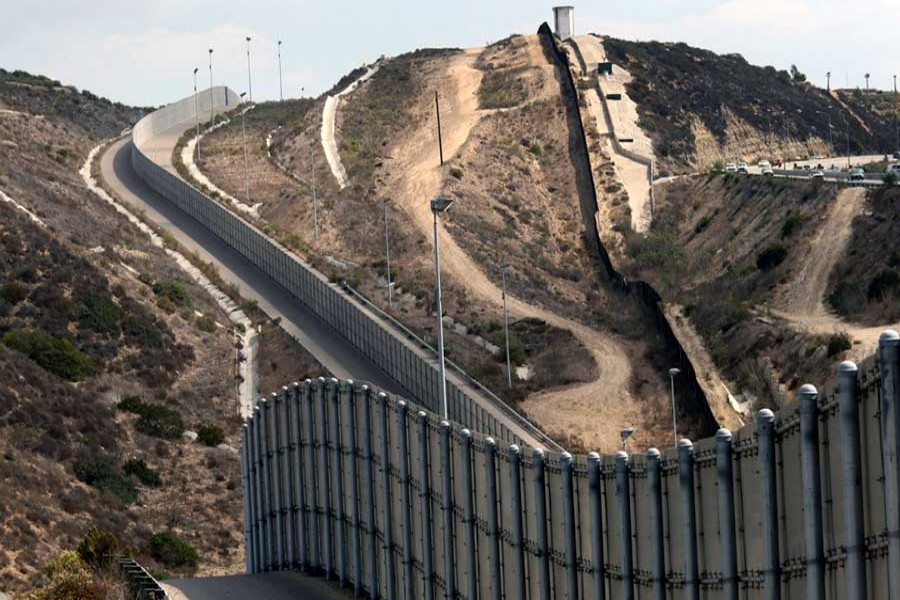 Four companies to build prototypes of Trump's wall