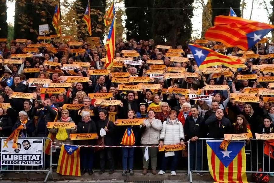 Protesters take part in a demonstration called by pro-independence asociations asking for the release of jailed Catalan activists and leaders, in Barcelona, Spain, November 11, 2017. (REUTERS)