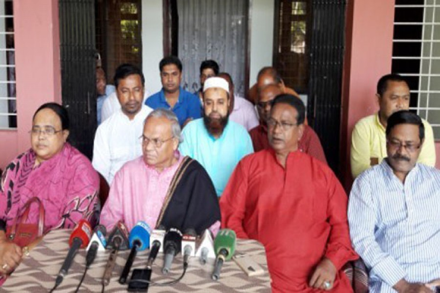 BNP senior joint secretary general Ruhul Kabir Rizvi talking to reporters at his Sardar Para house in Kurigram on Tuesday noon, photo: Collectd