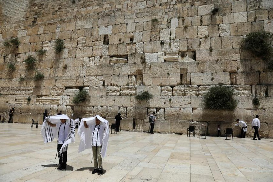 Youth hold their prayer shawls as they stand in front of the Western Wall, Judaism's holiest prayers site in Jerusalem's Old City May 17, 2017. – Photo: Reuters