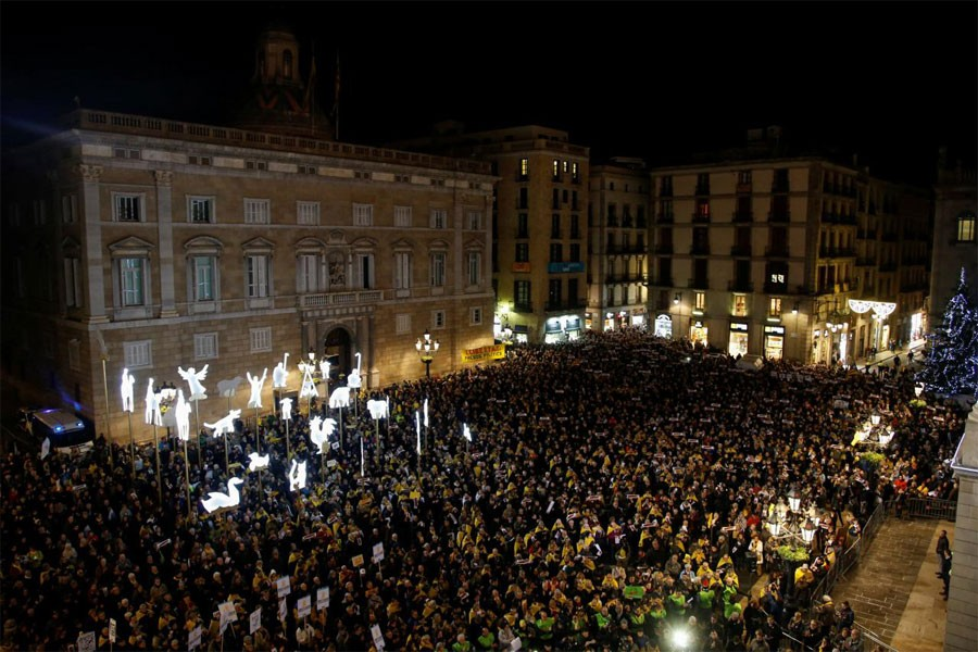 People stand during a gathering asking for the release of leaders currently jailed at Sant Jaume square in Barcelona, Spain December 4, 2017. (Reuters Photo)