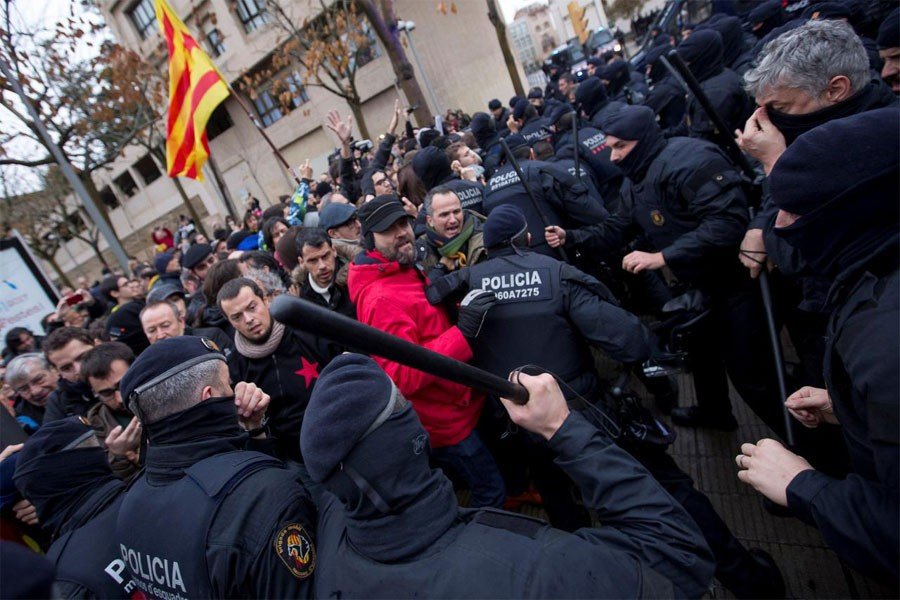 Catalan regional police officers scuffle with protestors in front of the Museum of Leida after police entered the museum to carry out an order and return over 40 contested artworks to the Spanish region of Aragon (Reuters Photo)