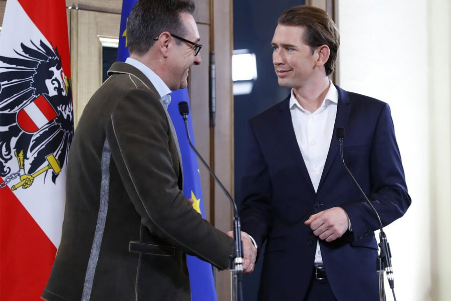 Head of the Freedom Party (FPOe) Heinz-Christian Strache (L) and head of the People's Party (OeVP) Sebastian Kurz shake hands at the end of a news conference in Vienna, Austria, December 15, 2017. (Reuters)