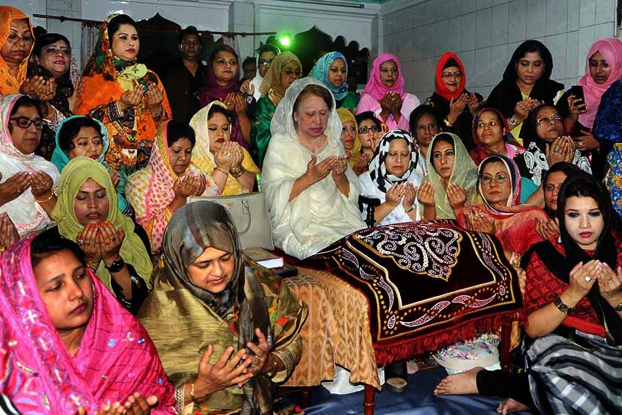BNP Chairperson Khaleda Zia offers prayer at the shrine of Hazrat Shahjalal (R) in Sylhet on Monday. -Focus Bangla Photo