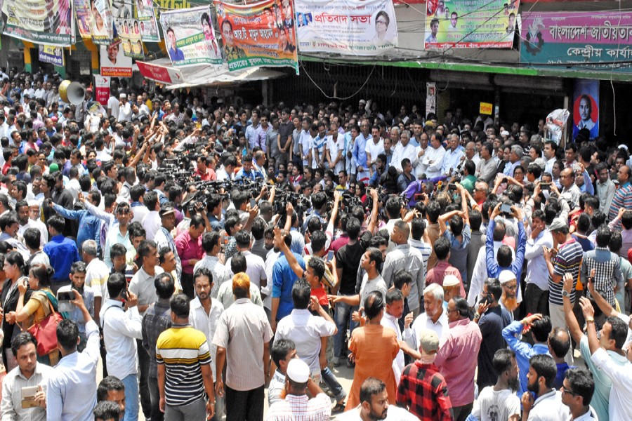 BNP leaders and activists chanting slogan at the human chain in front of the party's Nayapaltan central office in the city on Wednesday demanding release of Khaleda Zia from jail— FE