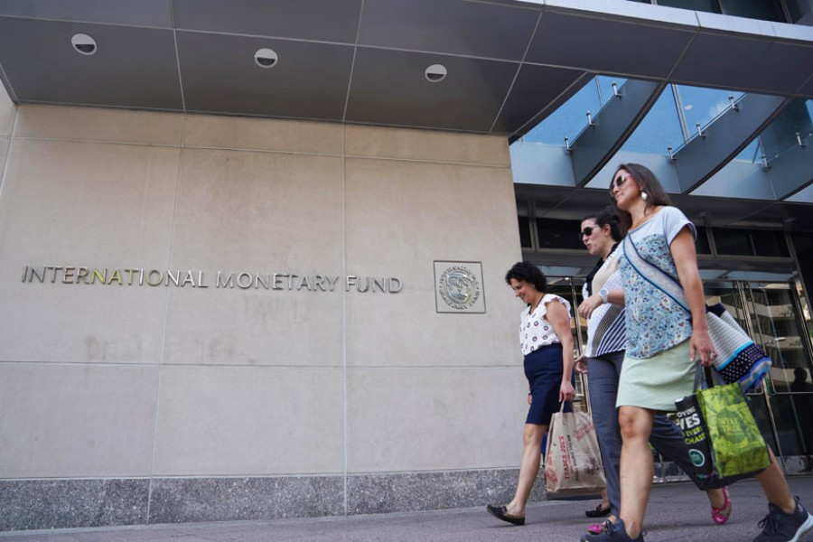 People walk past the headquarters of the International Monetary Fund (IMF) in Washington D.C., the United States, on August 9, 2019: Xinhua