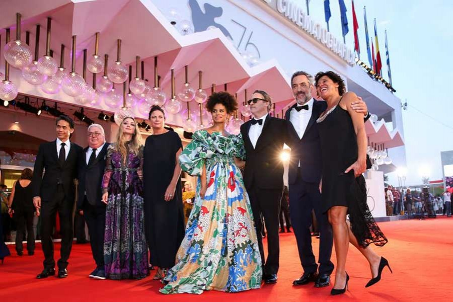 """Director Todd Phillips (2nd R) and other cast members pose on the red carpet for the premiere of the film """"Joker"""" during the 76th Venice International Film Festival in Venice, Italy, Aug. 31, 2019. (Xinhua/Zhang Cheng)"""