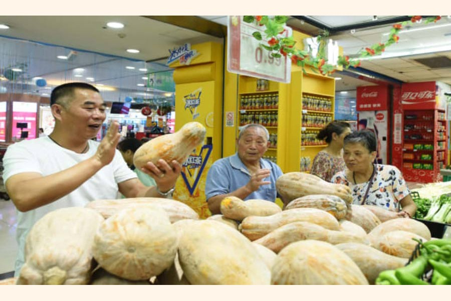 Customers purchasing vegetables at a supermarket in Hangzhou, Zhejiang Province of China recently — Reuters