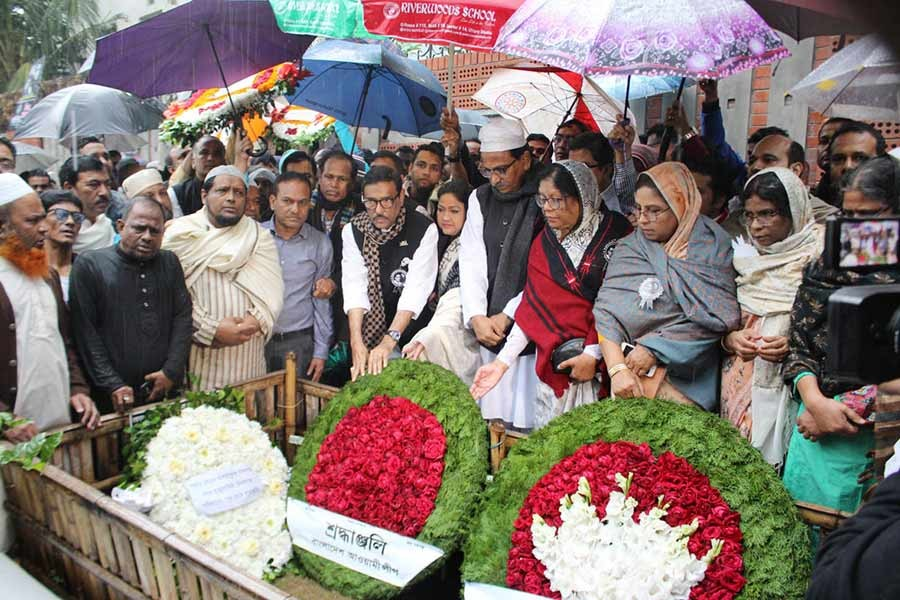 Awami League leaders paying homage to their former general secretary Syed Ashraf by placing wreaths on his grave at Banani in the capital. -Focus Bangla Photo
