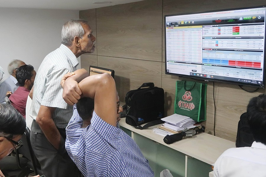 Investors monitoring stock price movements on computer screens at a brockerage house in Dhaka city — FE/Files