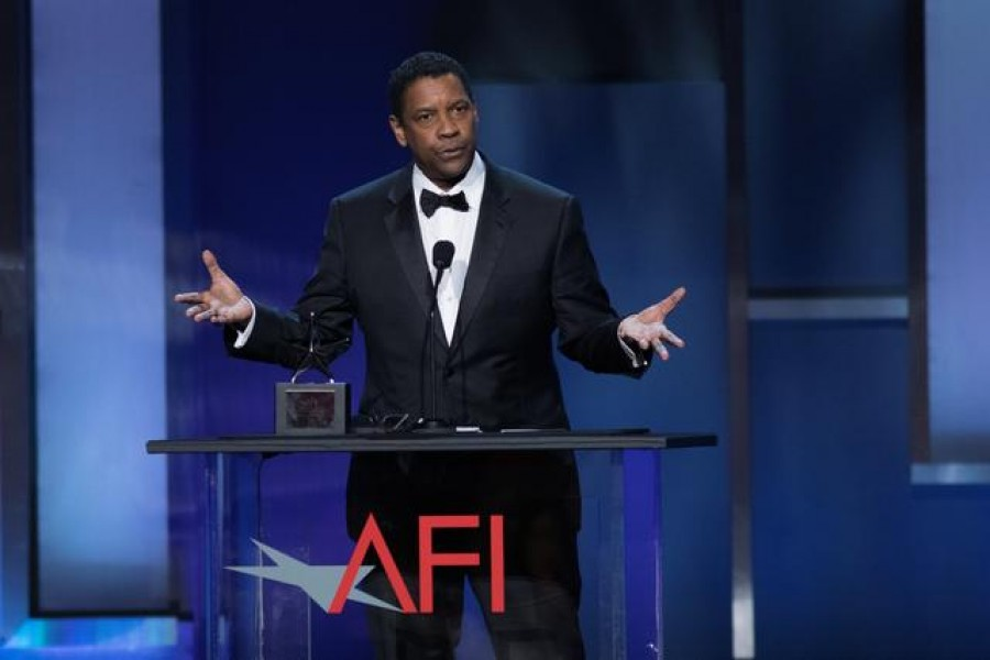 FILE PHOTO: Actor Denzel Washington accepts the 47th AFI Life Achievement Award at the gala honouring him in Los Angeles, California, US, June 6, 2019. Picture taken June 6, 2019. REUTERS/Monica Almeida