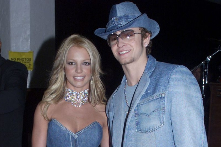 Singer Britney Spears and boyfriend Justin Timberlake of the group 'N Sync arrive at the 28th Annual American Music Awards on January 8, 2001 at the Shrine Auditorium in Los Angeles — Reuters/Files