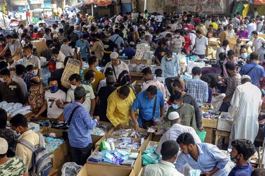 Customers crowd the wholesale market of masks below the Second Buriganga Bridge in Dhaka's Babubazar on Saturday -bdnews24.com photo