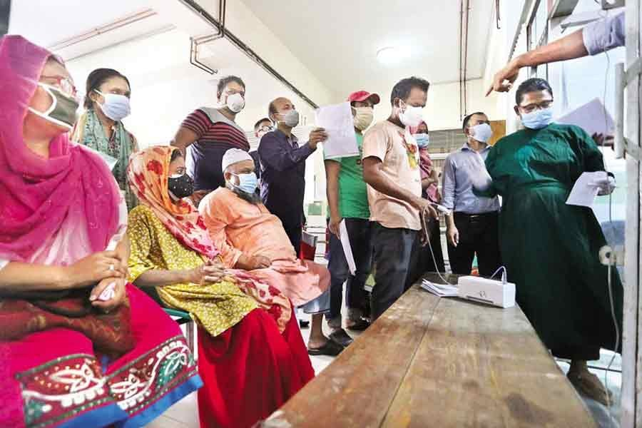 With Covid-19 symptoms, people have gathered at the emergency unit of the Mugda Medical College Hospital in the city recently. Alongside receiving primary treatment, some critical patients are being recommended by the doctors there to get admitted to the hospital — FE file photo