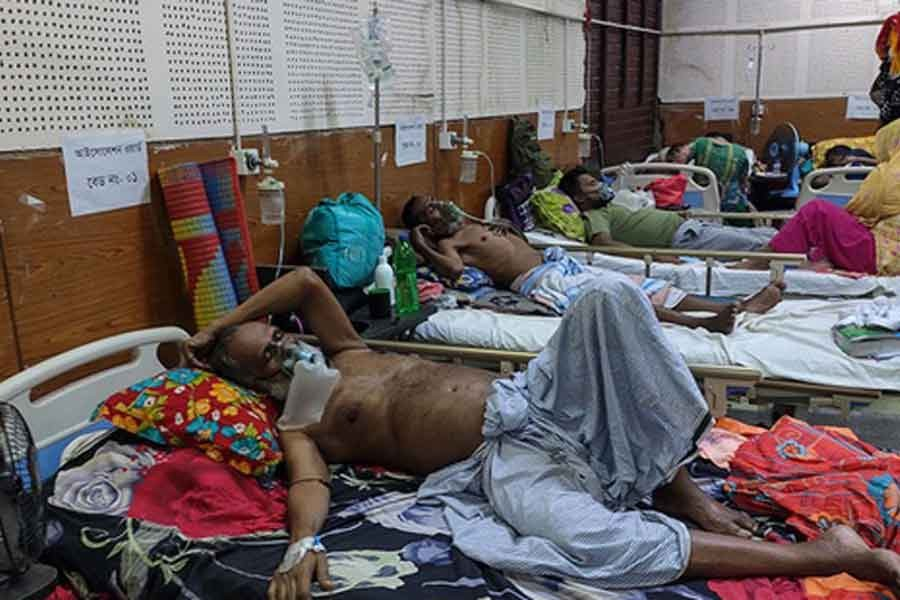 All beds in the COVID-19 isolation ward of Shaheed Suhrawardy Medical College Hospital are occupied by patients on April 7 amid a spike in coronavirus cases in the country -bdnews24.com photo