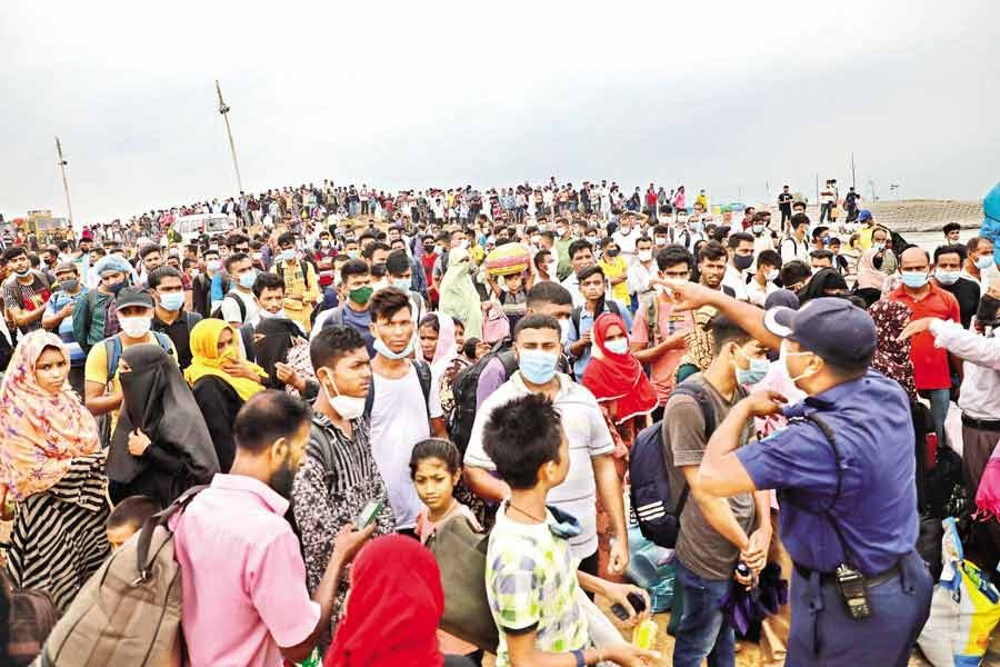 Flouting coronavirus-induced restrictions, Eid holidaymakers continue to throng Shimulia ferry terminal in Munshiganj on Sunday to go to their village homes —FE file Photo