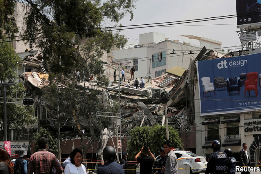 Mexico earthquake: Rescuers race to save children
