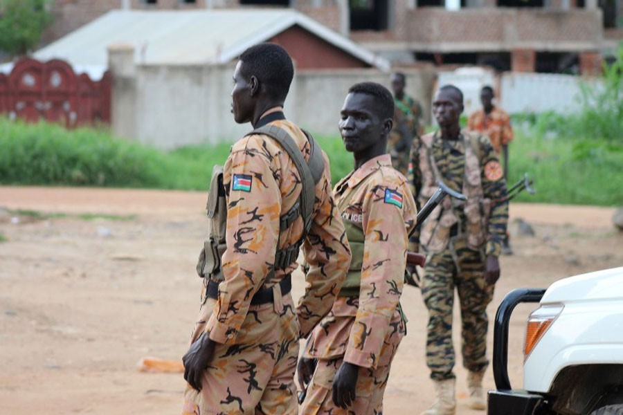 South Sudanese policemen and soldiers stand guard along a street following renewed fighting in South Sudan's capital Juba, July 10, 2016. (Reuters file photo)