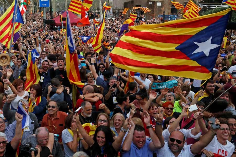 People celebrate after the Catalan regional parliament passes the vote of the independence from Spain in Barcelona, Spain October 27, 2017. (Reuters photo)