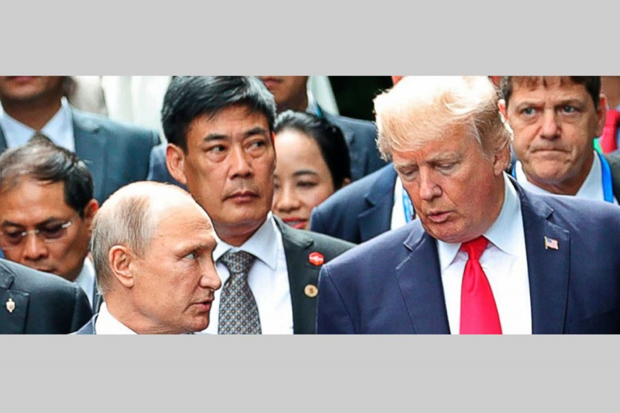 US President Donald Trump (right) and Russias President Vladimir Putin talk during the family photo session at the APEC Summit in Danang, Saturday, Nov 11, 2017. – Photo: AP