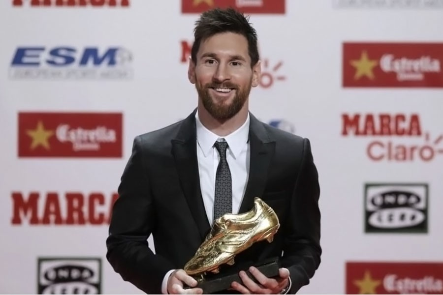 FC Barcelona's Lionel Messi poses with his his fourth Golden Shoe (courtesy: AP)