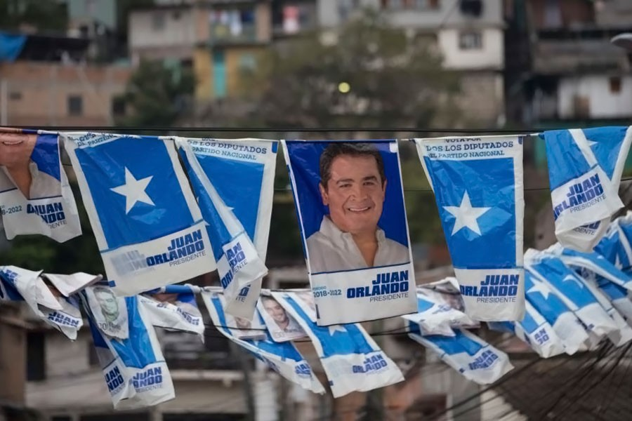 Banners with a portrait of Honduran President and current presidential candidate Juan Orlando Hernandez hang outside a polling station during the general elections in Tegucigalpa, Nov 26, 2017. (AP photo)