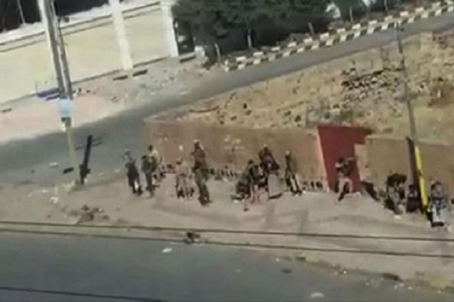 Grainy images showed Houthi rebels under fire from Mr Saleh's forces in Sanaa on Saturday. Stringer/BBC