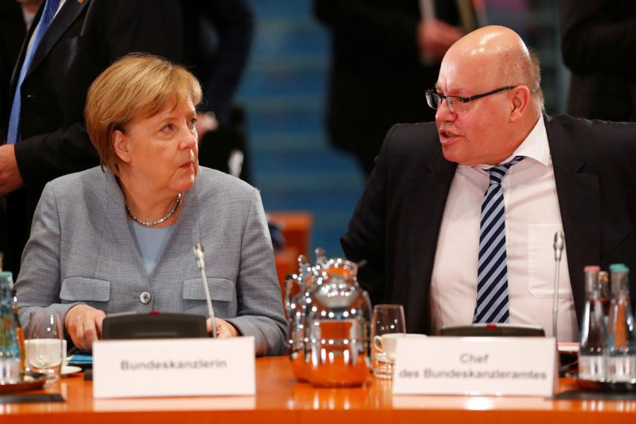 Acting German Chancellor Angela Merkel talks with Head of the Federal Chancellery Peter Altmaier as she meets city mayors at Chancellery in Berlin, Germany, November 28, 2017. (Reuters Photo)