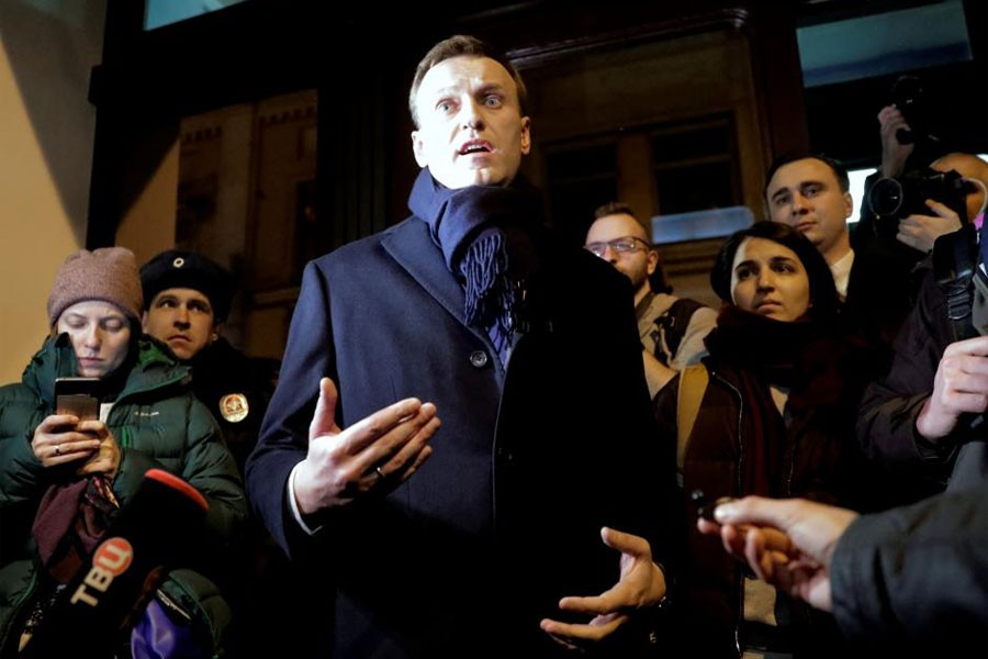 Russian opposition leader Alexei Navalny speaks to the media after submitting his documents to be registered as a presidential candidate at the Central Election Commission in Moscow, Russia December 24, 2017. (REUTERS)