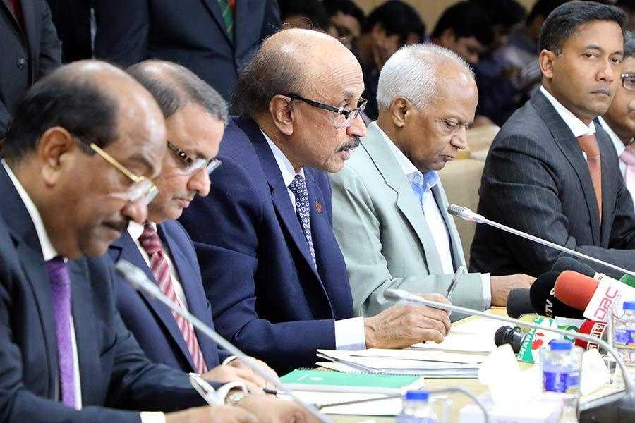 Bangladesh Bank Governor Fazle Kabir (3rd from left) unveils Monetary Policy Statement (MPS) for the second half of current fiscal year on Monday. -FE Photo