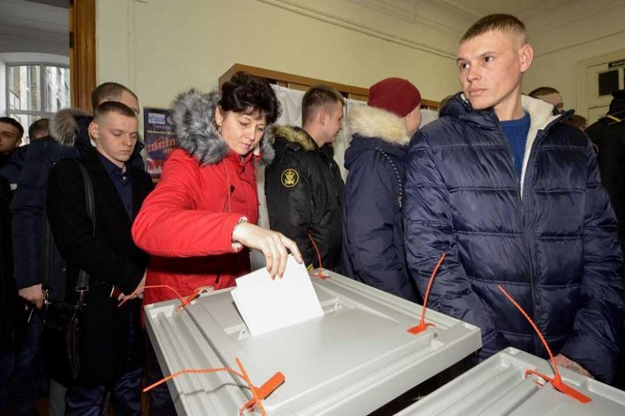 A woman casts her ballot during the presidential election at a polling station in the far eastern city of Vladivostok, Russia March 18, 2018. Reuters