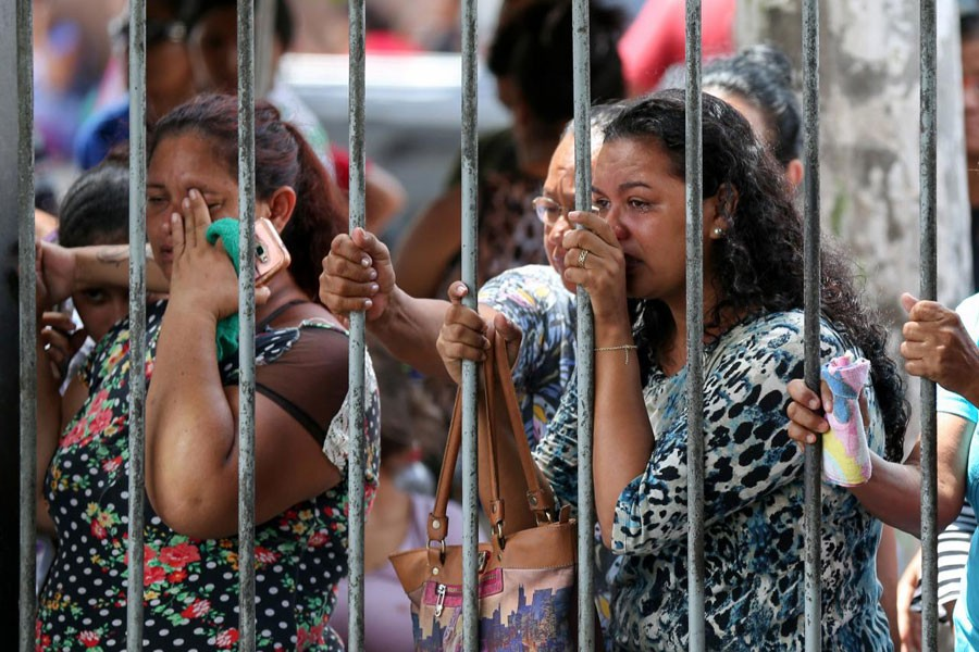Relatives of inmates react in front of Desembargador Raimundo Vidal Pessoa jail in the center of the Amazonian city of Manaus, Brazil. Reuters.