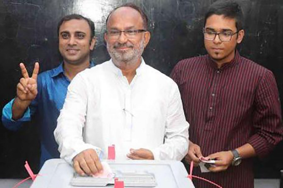 BNP mayoral candidate Nazrul Islam Manju seen casting his vote in KCC polls on Tuesday
