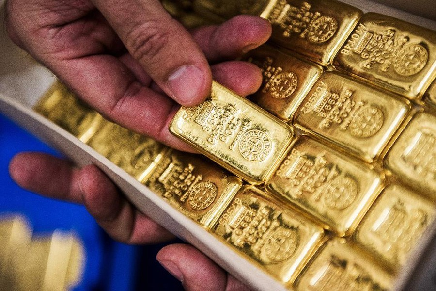 Customs officials detain man with 22 gold bars