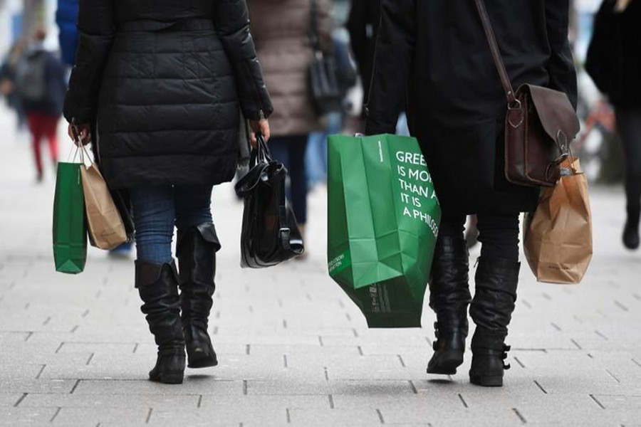 People carry their shopping bags in downtown Hamburg, Germany, January 25, 2018. Reuters photo