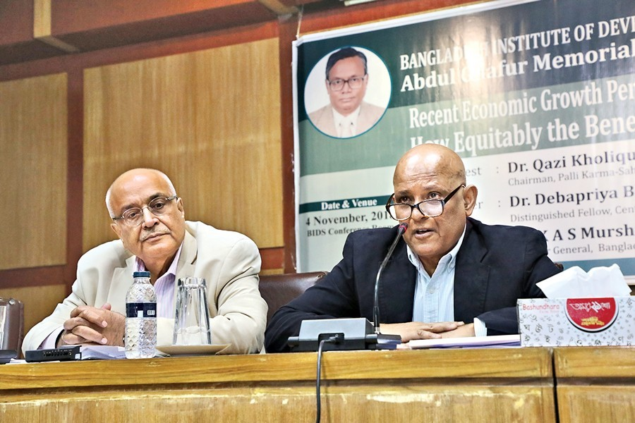 BIDS Director General Dr KAS Murshid addressing Abdul Ghafur Memorial Lecture 2018 at BIDS conference room in the city on Sunday. On his right is CPD's Distinguished Fellow Dr Debapriya Bhattacharya — FE photo