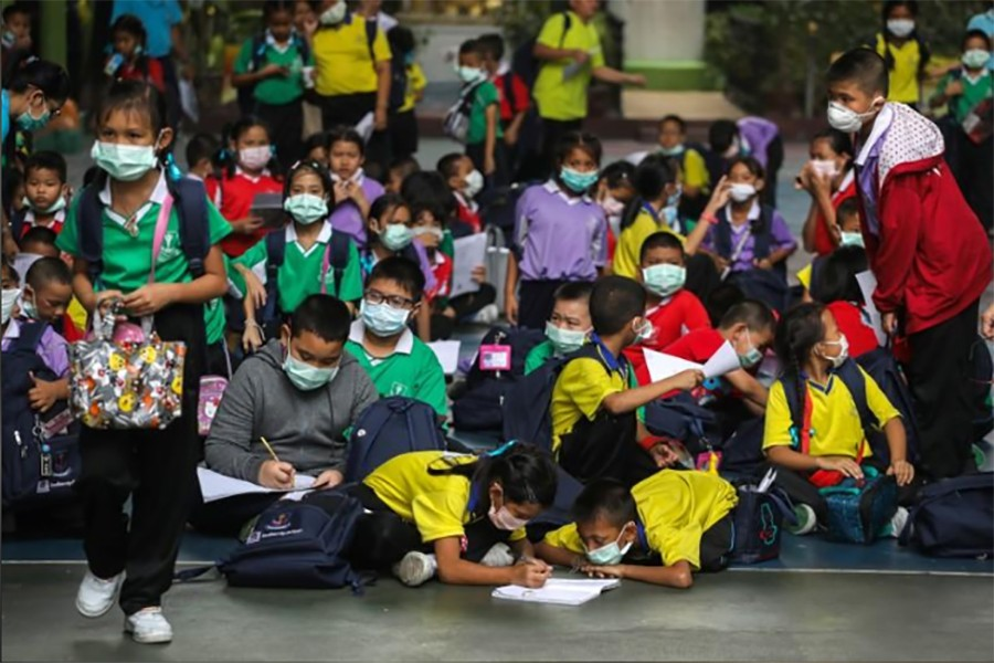 Student wear masks as they wait to be picked up, as classes in over 400 Bangkok schools have been cancelled due to worsening air pollution, at a public school in Bangkok, Thailand, January 30, 2019. Reuters photo