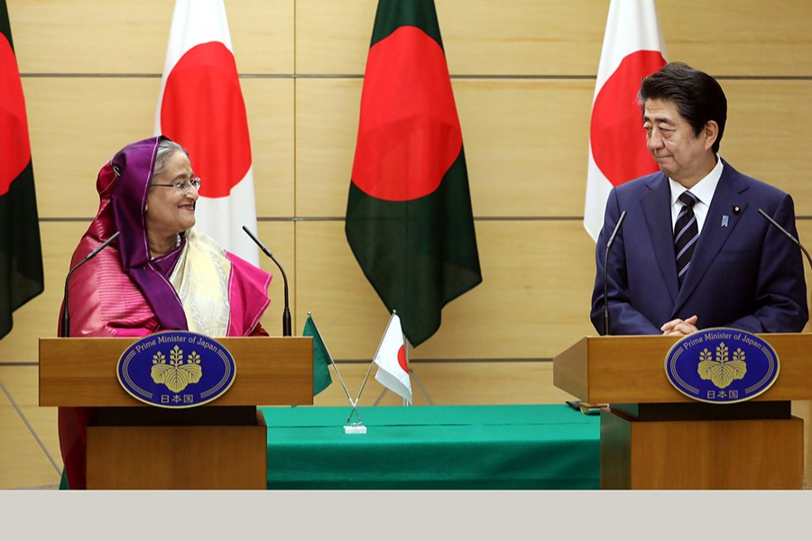 Prime Minister Sheikh Hasina and her Japanese counterpart Shinzo Abe at a joint press conference at the latter's office in Tokyo on Wednesday — Focus Bangla photo