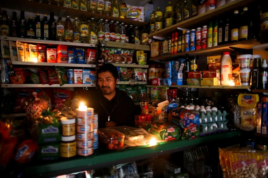 A vendor waits for customers during a national blackout, in Buenos Aires, Argentina June 16, 2019 - REUTERS/Agustin Marcarian