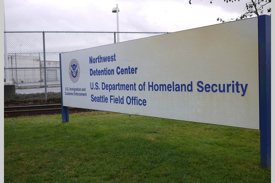 Police guns down armed man who attacked US immigration jail