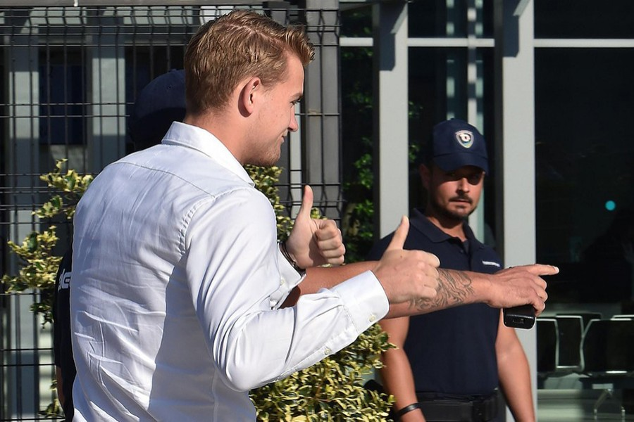 Newly hired Juventus defender Matthijs de Ligt shows the thumbs up sign upon his arrival at the club's Medical Centre in Turin, Italy on July 17, 2019 — AP photo