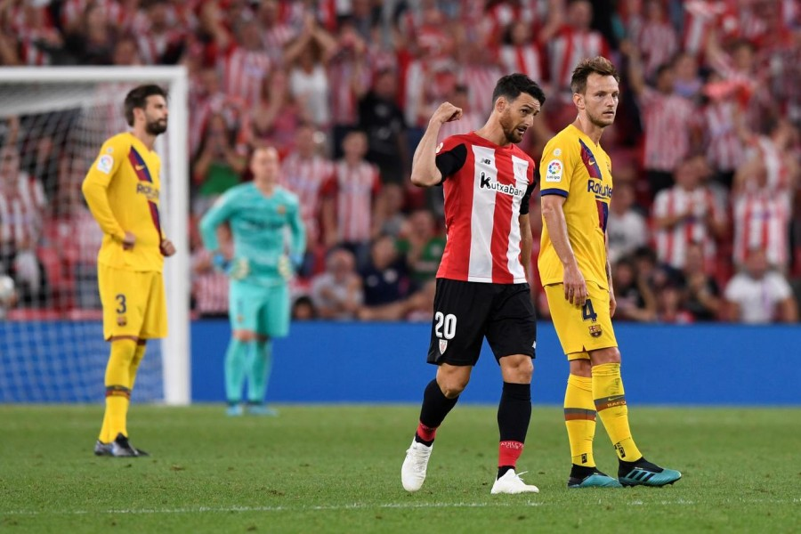 Soccer Football - La Liga Santander - Athletic Bilbao v FC Barcelona - San Mames, Bilbao, Spain - August 16, 2019 Athletic Bilbao's Aritz Aduriz celebrates scoring their first goal as Barcelona's Ivan Rakitic looks dejected - REUTERS/Vincent West