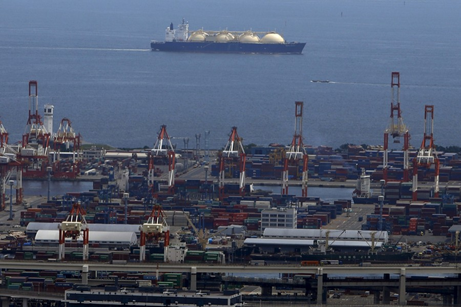Business News June 20, 2019 / 11:56 AM / 2 months ago Global LNG producers see cost risks looming over next wave of projects Sonali Paul  4 Min Read  SYDNEY (Reuters) - Construction delays and cost blowouts could hit the next wave of liquefied natural gas (LNG) projects as there are a limited number of contractors able to handle the huge projects, three developers said on Wednesday. A LNG (Liquefied Natural Gas) tanker is seen behind a port in Yokohama, south of Tokyo, Japan on September 4, 2015 — Reuters/Files