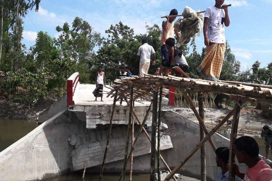 Bridge collapses only three months after construction