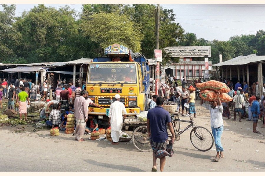 An unauthorised market in front of Nimsar Junab Ali College in Cumilla 	— FE Photo