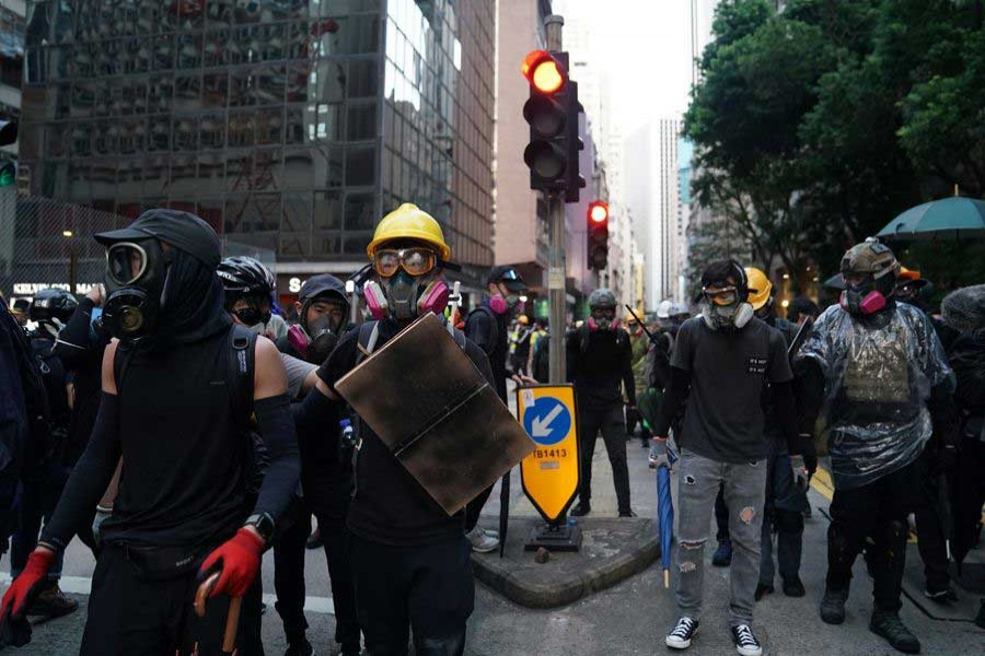 Masked rioters obstruct road traffic at Queen's Road East in Hong Kong, south China, Sept 15, 2019. (Xinhua)