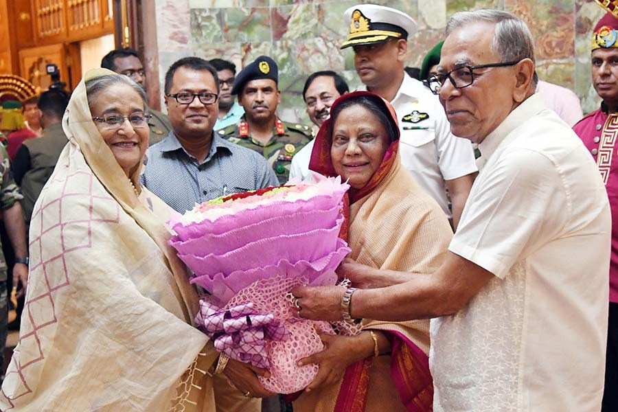 President M Abdul Hamid and his spouse Rashida Khanam receiving Prime Minister Sheikh Hasina on Wednesday evening as the prime minister arrived at the Bangabhaban to make a courtesy call on the head of the state. -Focus Bangla Photo