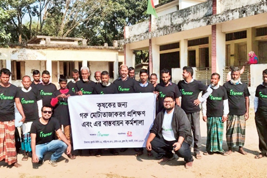 iFarmer officials pose for a photo with the farmers during a training session conducted in Lalmonirhat in January 2019