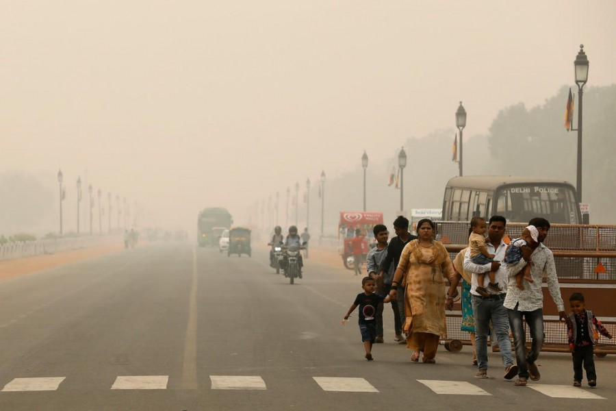 People walk on the Rajpath on a smoggy day in New Delhi. Photo: Reuters
