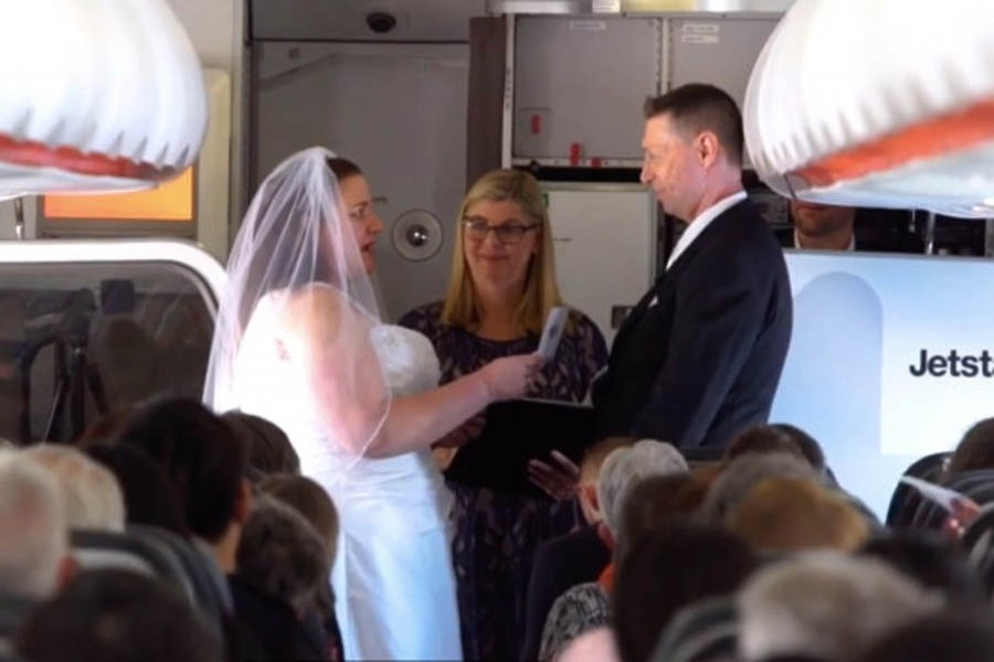 Couple get married on flight
